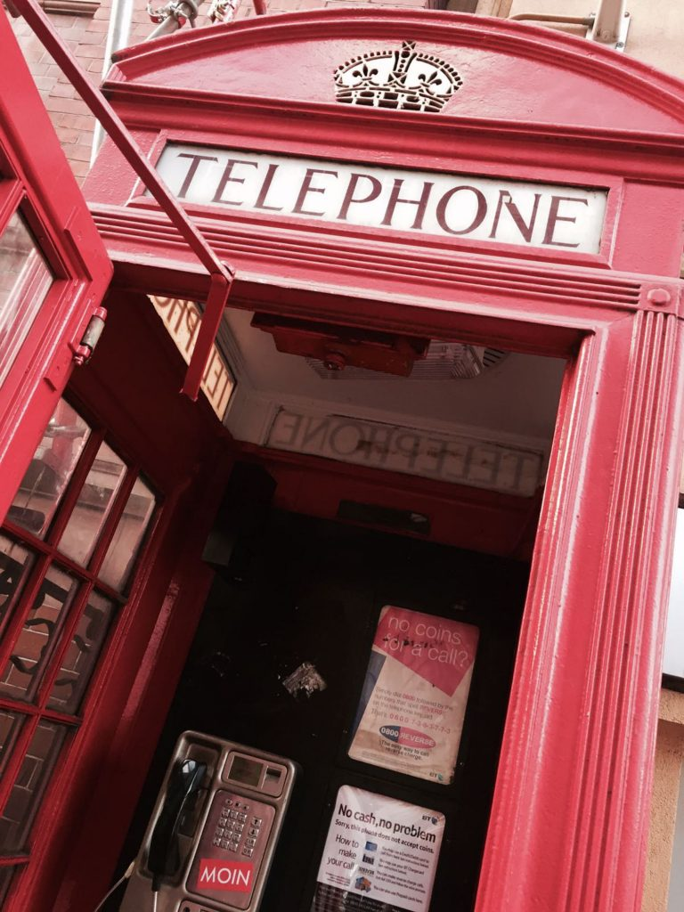 MOIN aus London in der Telefonzelle