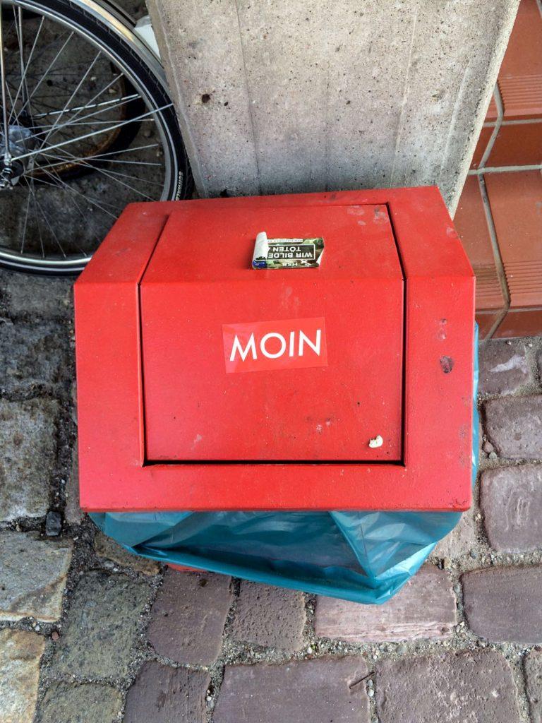 MOIN Sticker auf Mülltonne