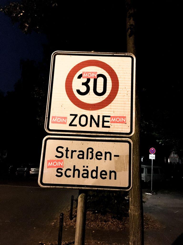 MOIN Sticker auf Straßenschild
