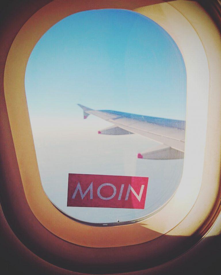 MOIN Sticker im Flugzeug