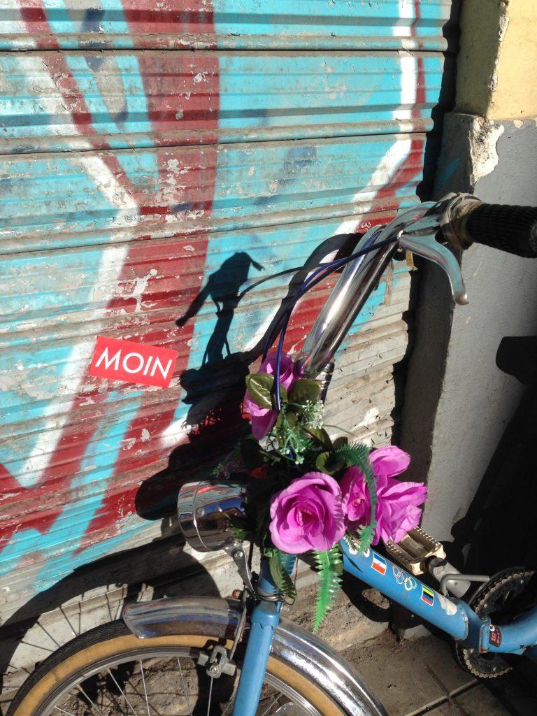 MOIN Sticker neben einem Fahrrad